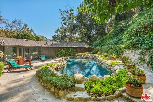 35. Single Family Homes for Sale at Pacific Palisades, Los Angeles, CA 90049