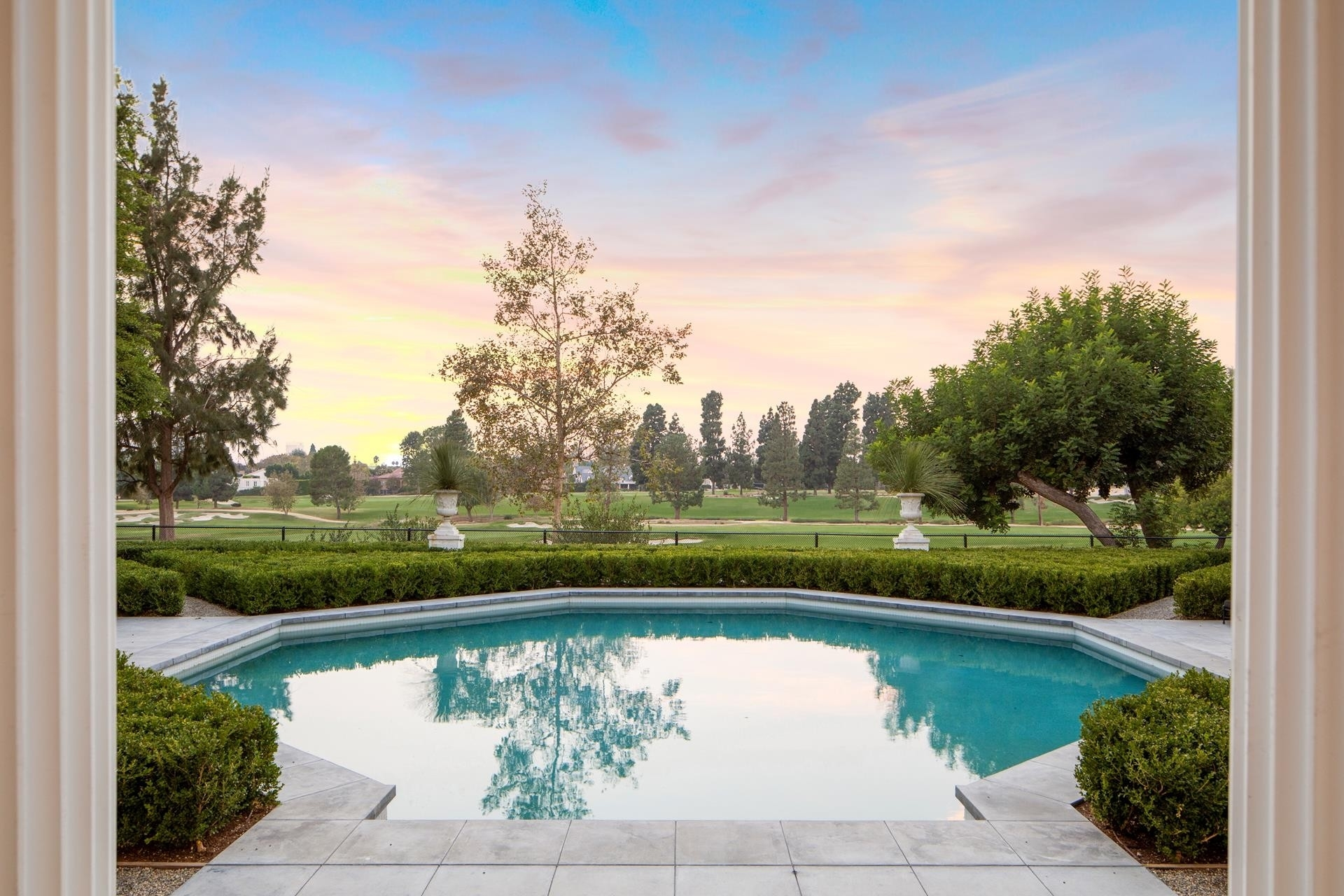 32. Single Family Homes for Sale at Hancock Park, Los Angeles, CA 90004