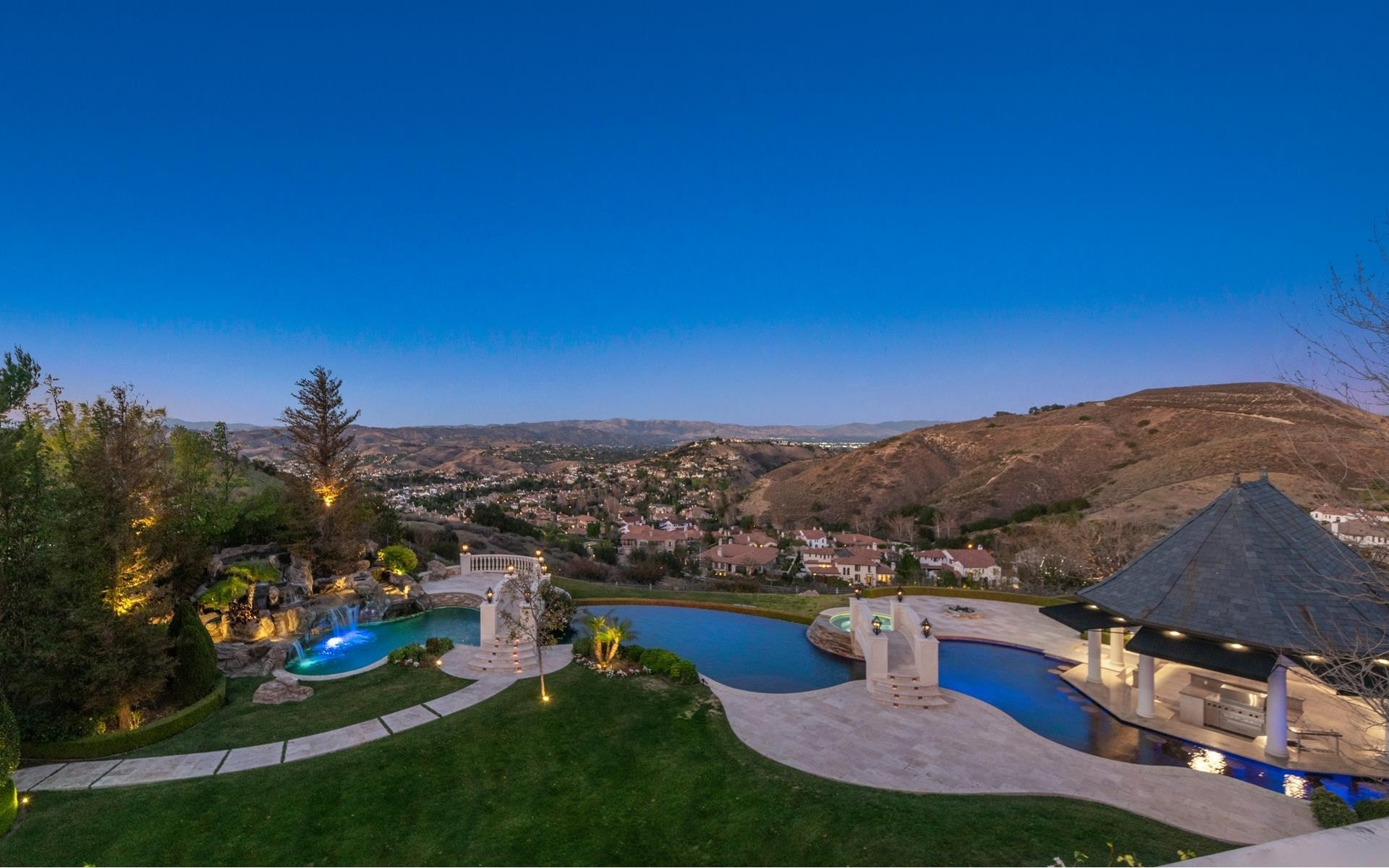 24. Single Family Homes for Sale at The Oaks, Calabasas, CA 91302
