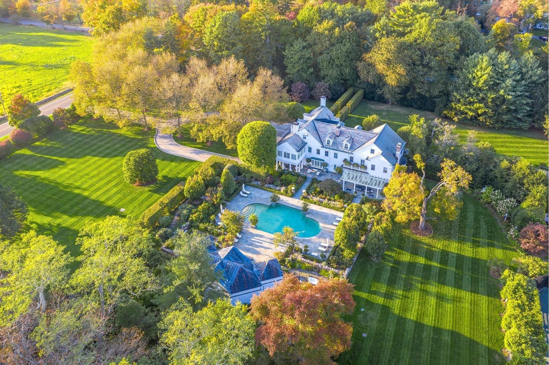 Property 在 Mid Country West, Greenwich, CT 06831