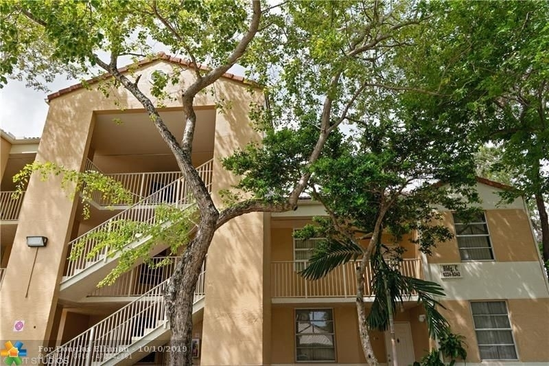Condominium для того Продажа на 8242 NW 24th St , 8242 Forest Hills, Coral Springs, FL 33065