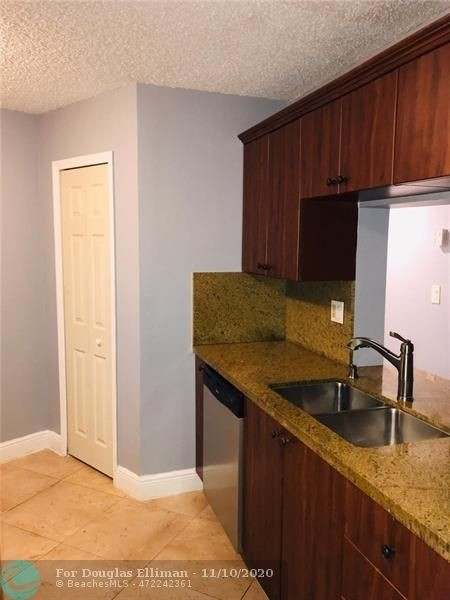 Condominium для того Продажа на 9000 NW 28th Dr , 304 Forest Hills, Coral Springs, FL 33065