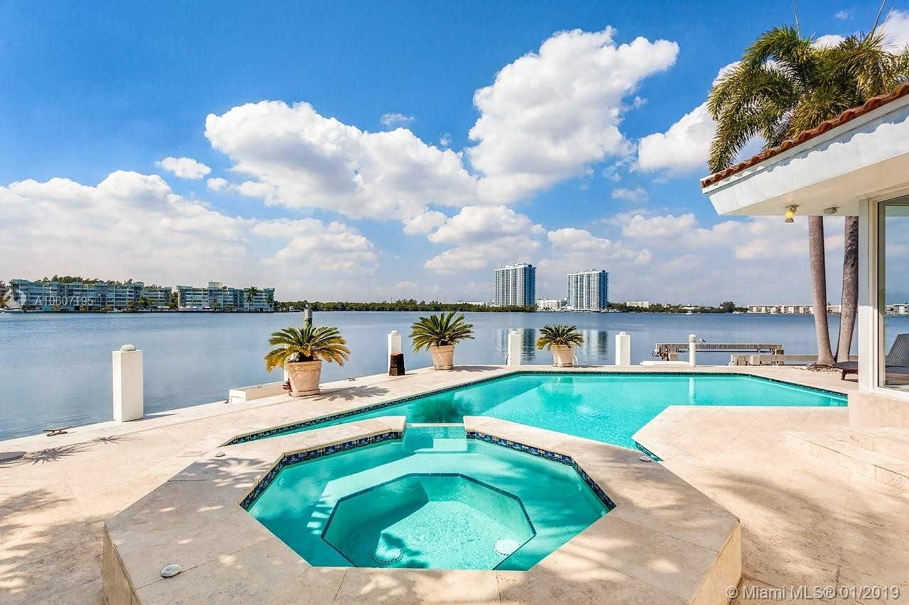 Maison unifamiliale pour l Vente à Eastern Shores, North Miami Beach, FL 33160