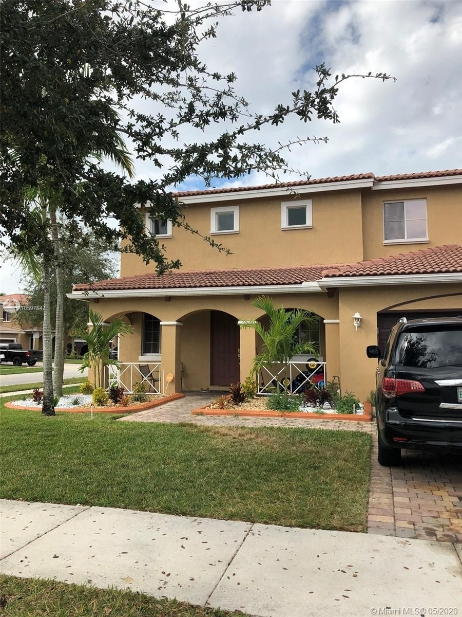 Property для того Продажа на Country Club Estates, Miami Gardens, FL 33169