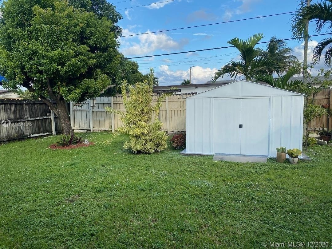 32. Single Family Homes for Sale at Palm Springs North, Hialeah, FL 33015