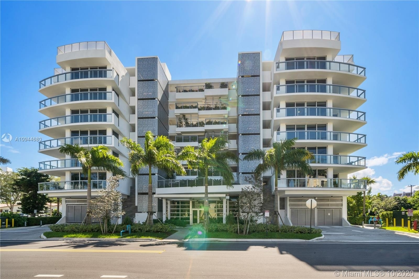 Condominium 為 特賣 在 1100 100th St , 504 Bay Harbor Islands, FL 33154