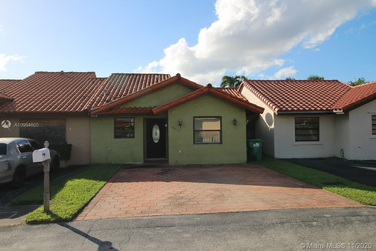 Single Family Townhouse for Sale at Bird Lakes, Miami, FL 33175