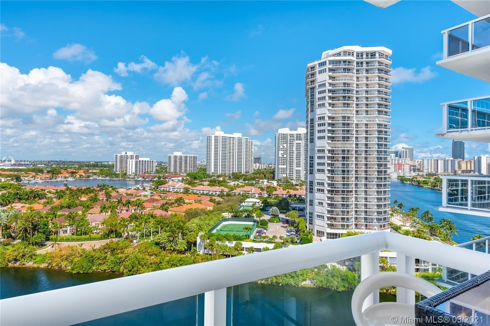 Condominium pour l Vente à 20515 E Country Club , 1648 Biscayne Yacht and Country Club, Aventura, FL 33180