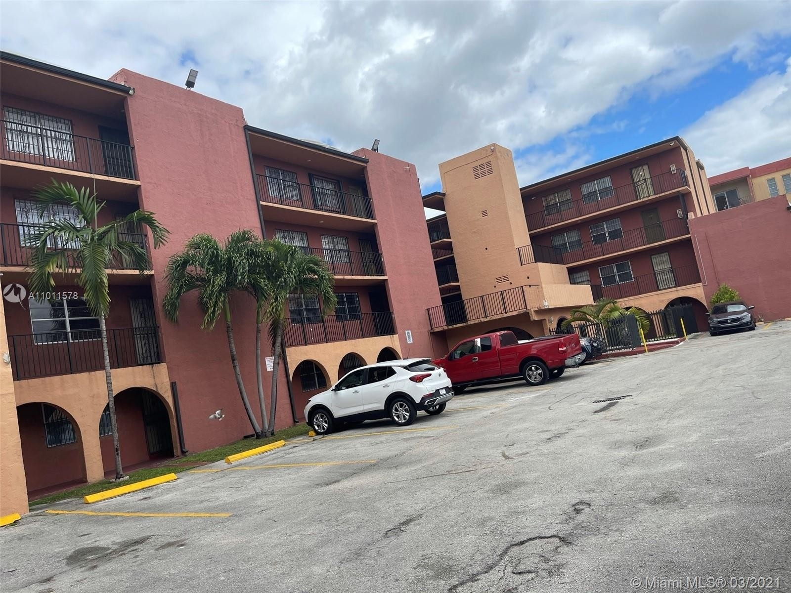 2. Condominiums для того Продажа на 6620 W 2nd Ct , 107 Gratigny Red, Hialeah, FL 33012