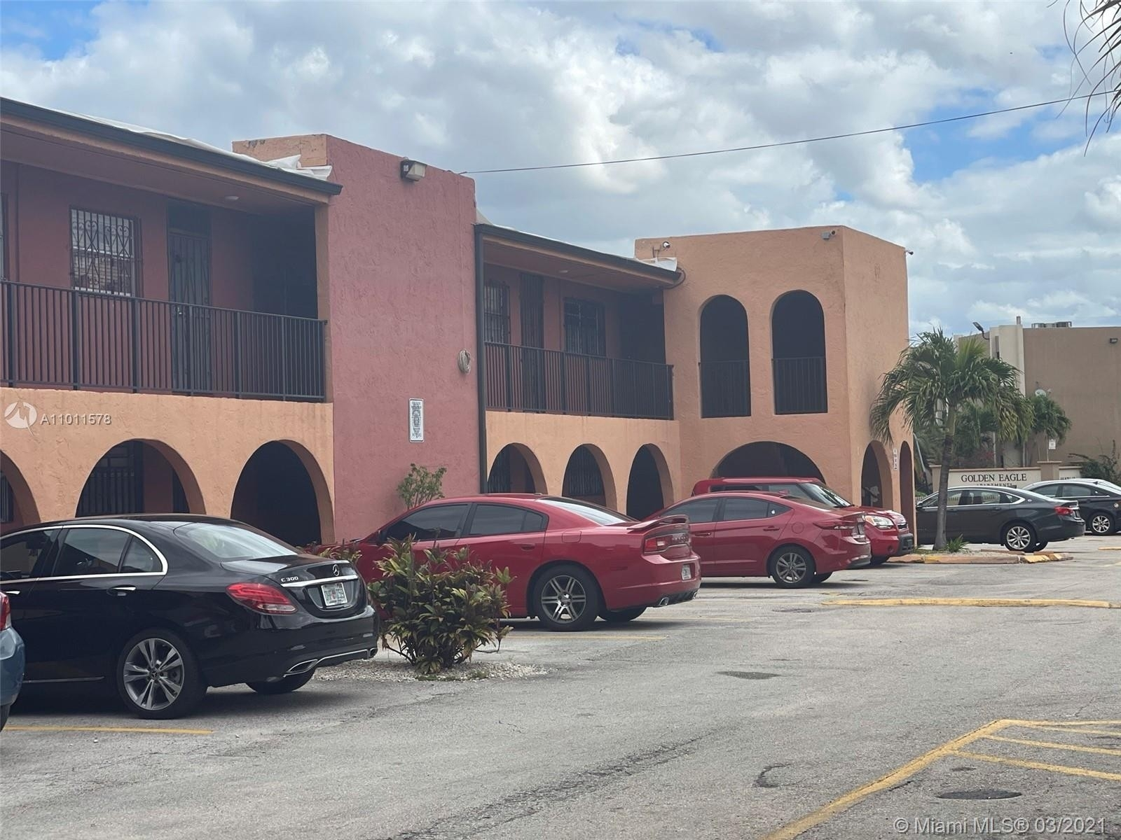 6. Condominiums для того Продажа на 6620 W 2nd Ct , 107 Gratigny Red, Hialeah, FL 33012