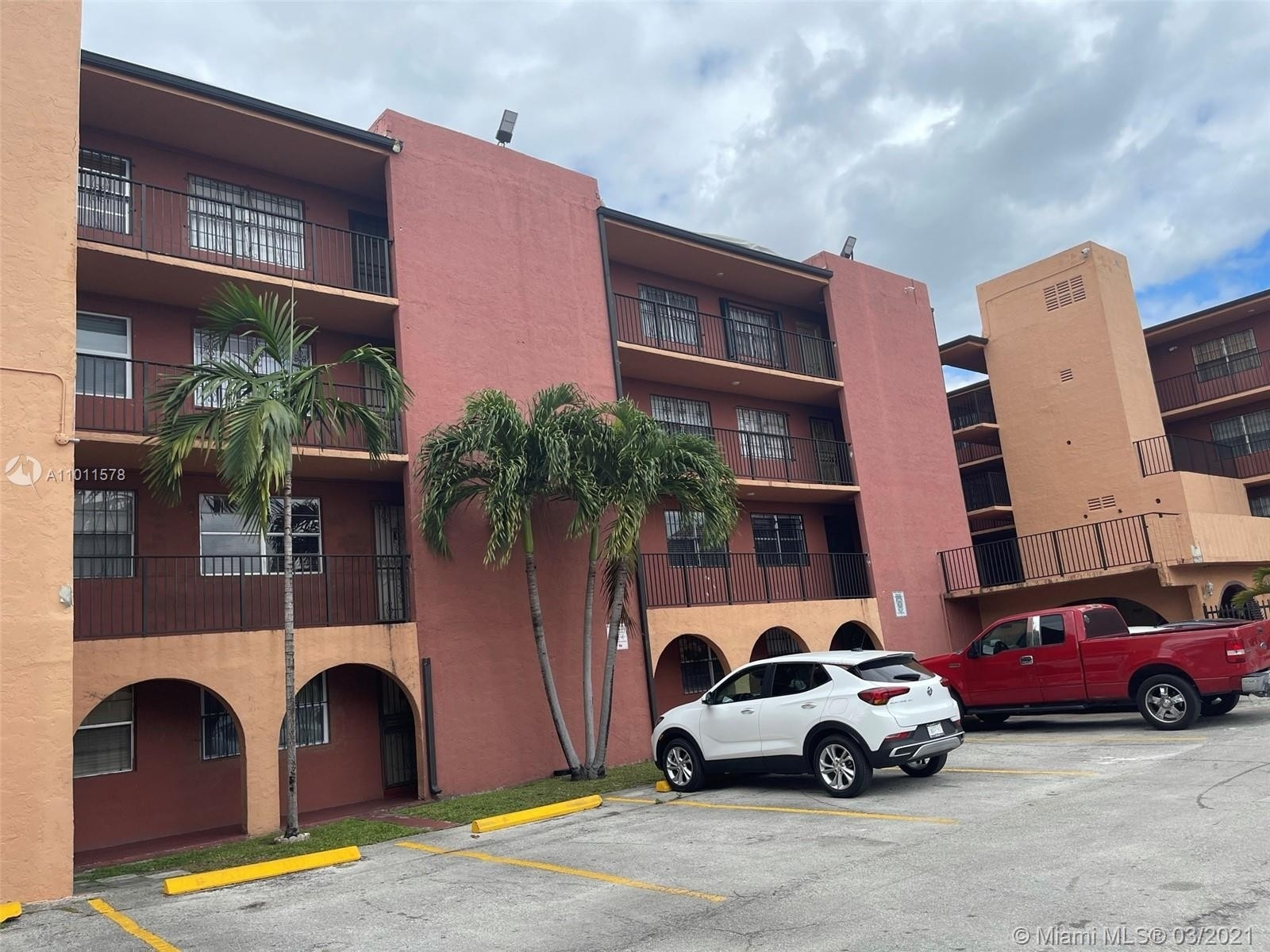 3. Condominiums для того Продажа на 6620 W 2nd Ct , 107 Gratigny Red, Hialeah, FL 33012