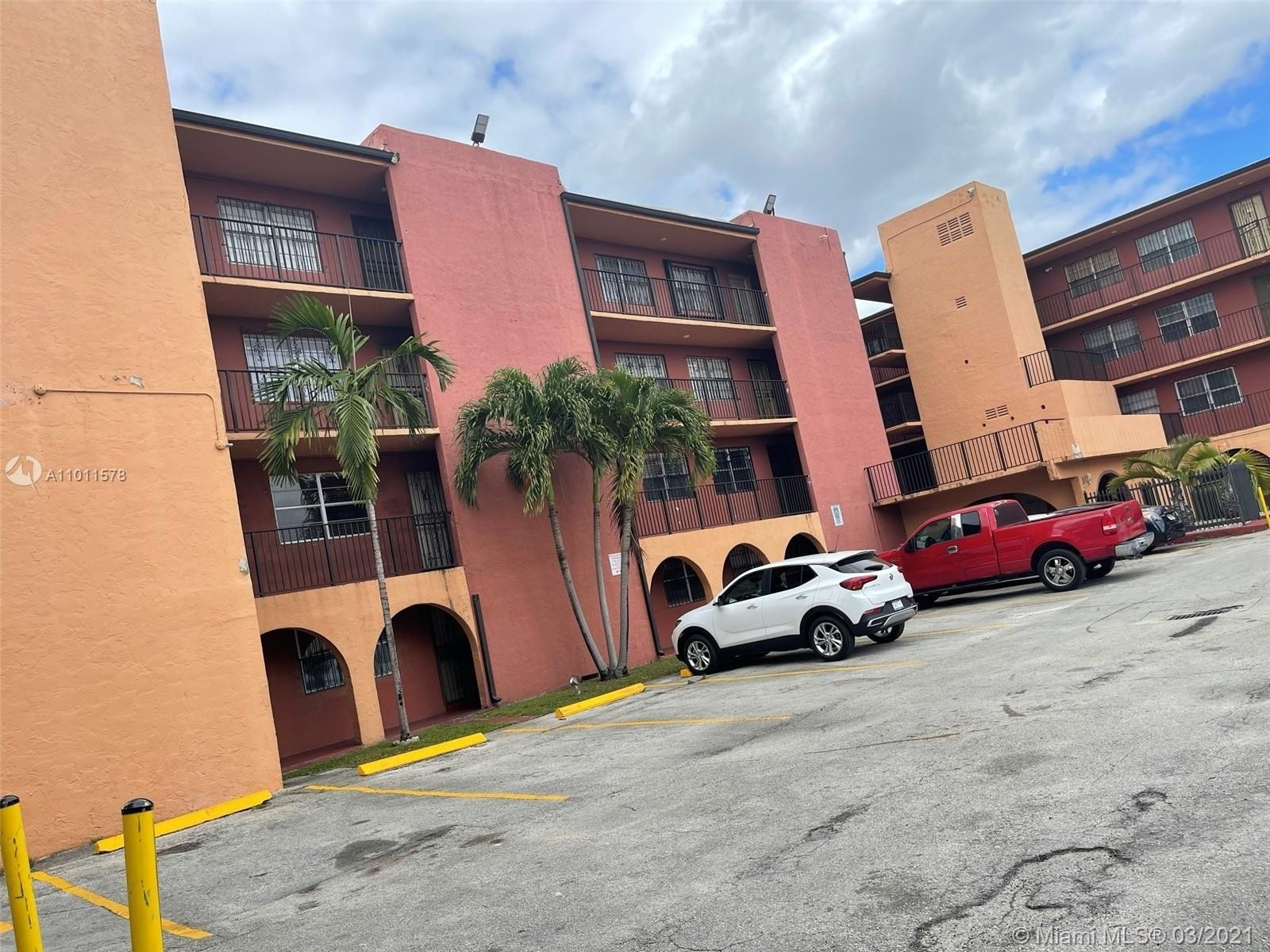 1. Condominiums для того Продажа на 6620 W 2nd Ct , 107 Gratigny Red, Hialeah, FL 33012