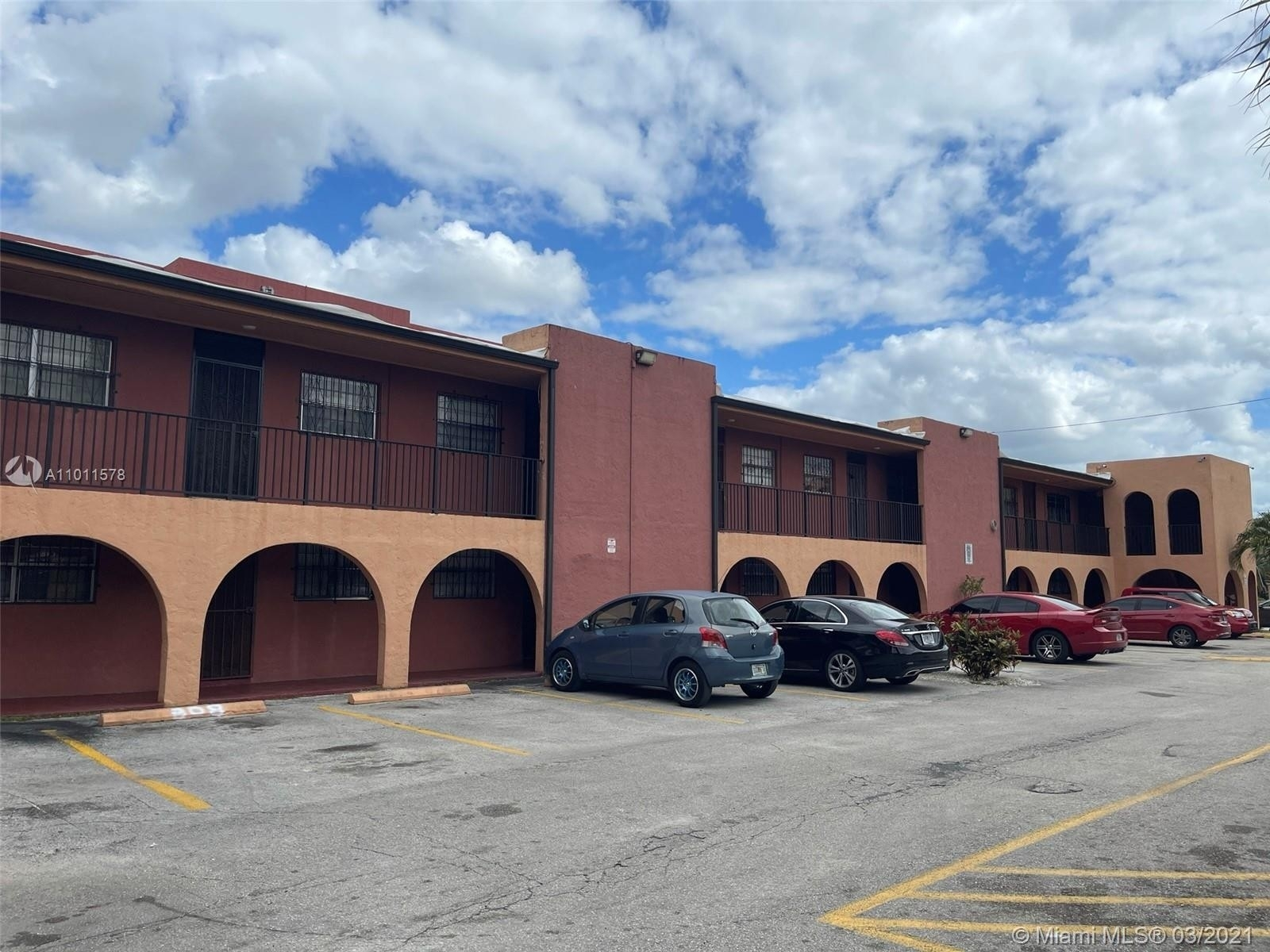 5. Condominiums для того Продажа на 6620 W 2nd Ct , 107 Gratigny Red, Hialeah, FL 33012
