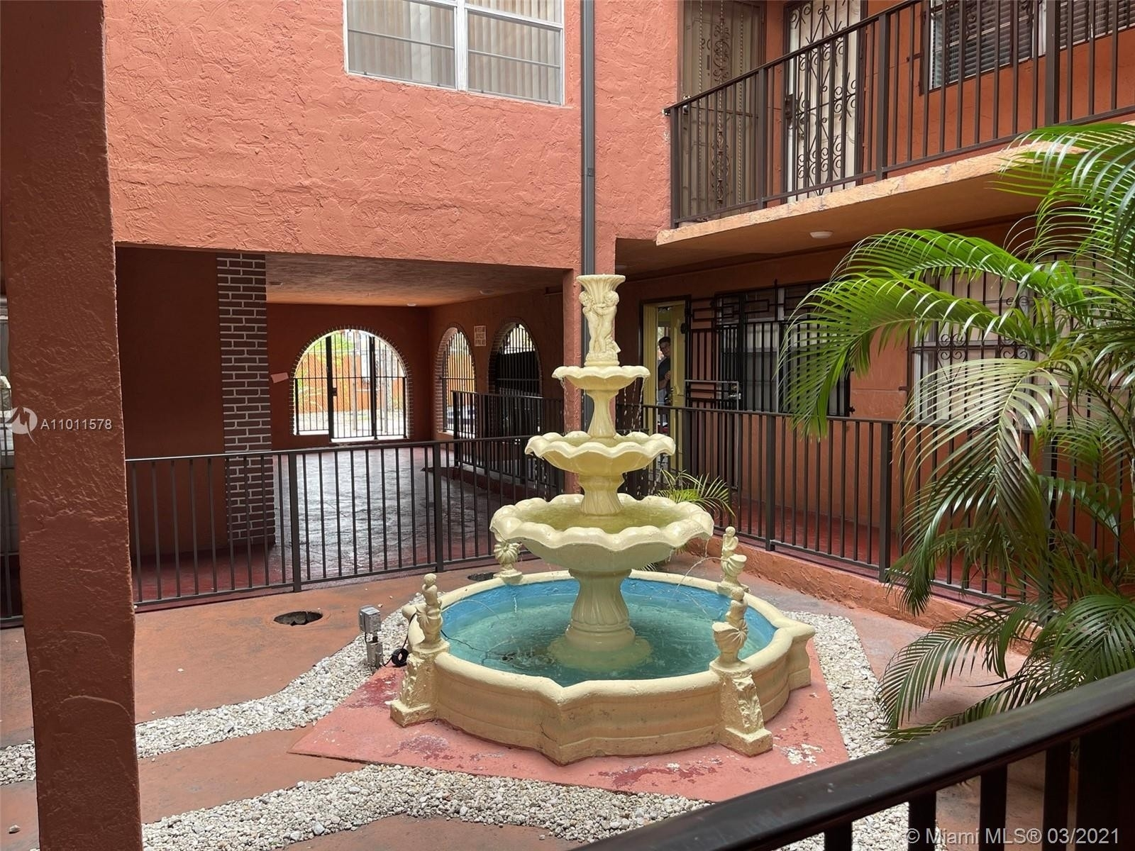 11. Condominiums для того Продажа на 6620 W 2nd Ct , 107 Gratigny Red, Hialeah, FL 33012