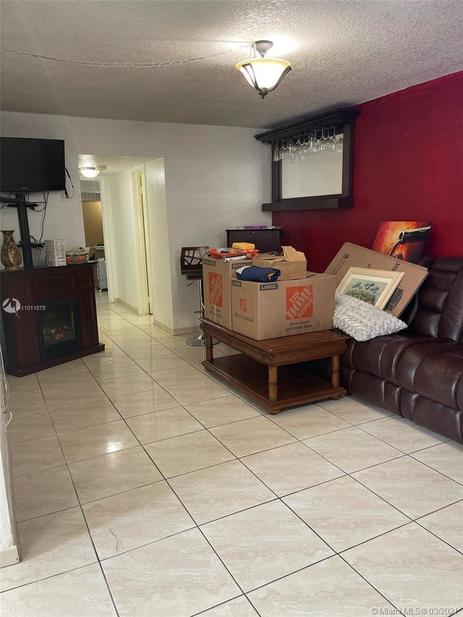 25. Condominiums для того Продажа на 6620 W 2nd Ct , 107 Gratigny Red, Hialeah, FL 33012