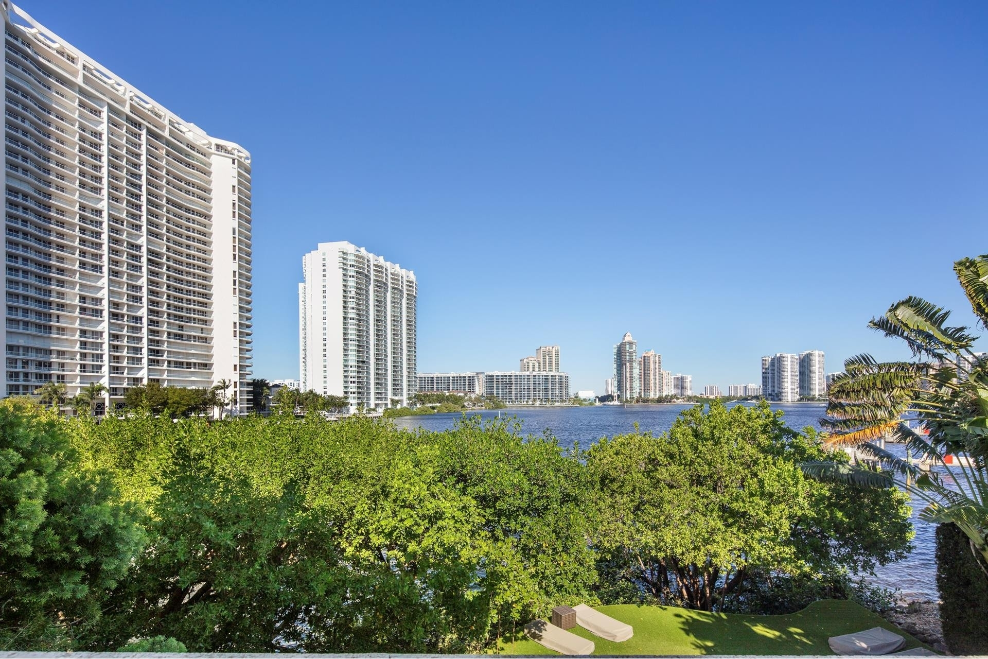 28. Single Family Homes for Sale at Aventura, FL 33160