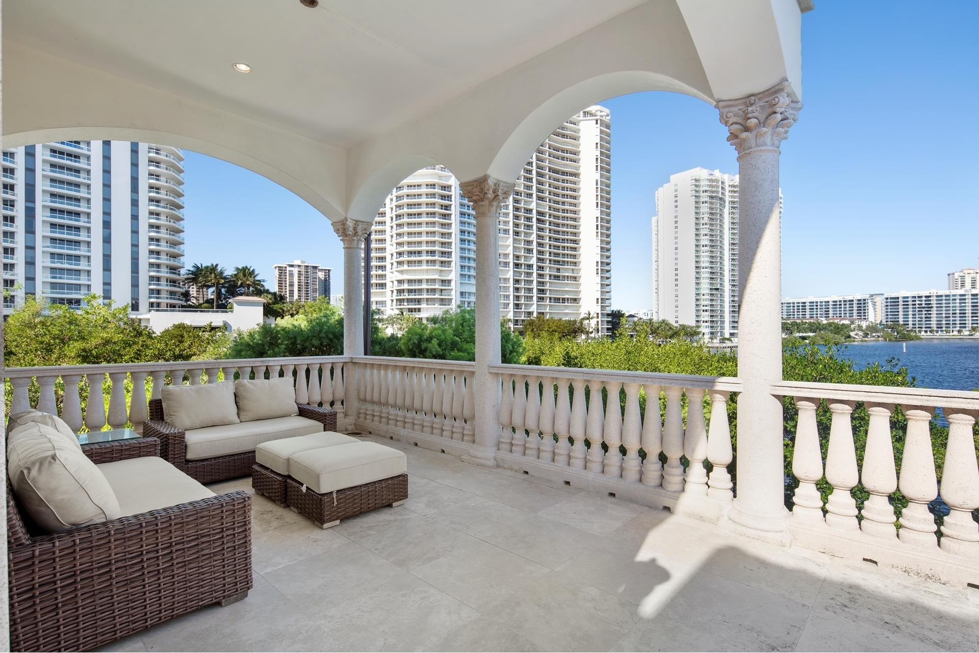 27. Single Family Homes for Sale at Aventura, FL 33160