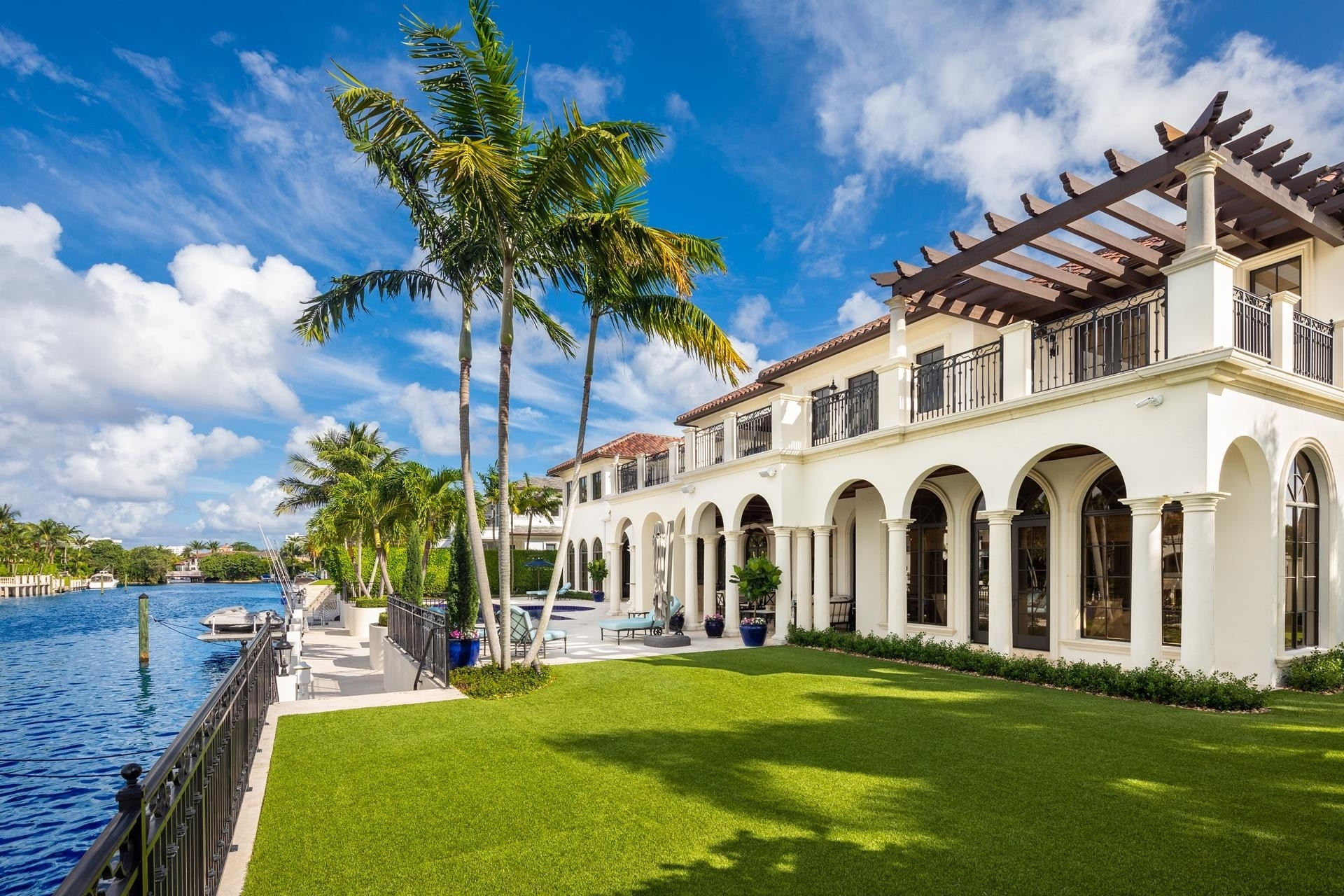 15. Single Family Homes для того Продажа на Royal Palm Yacht And Country Club, Boca Raton, FL 33432
