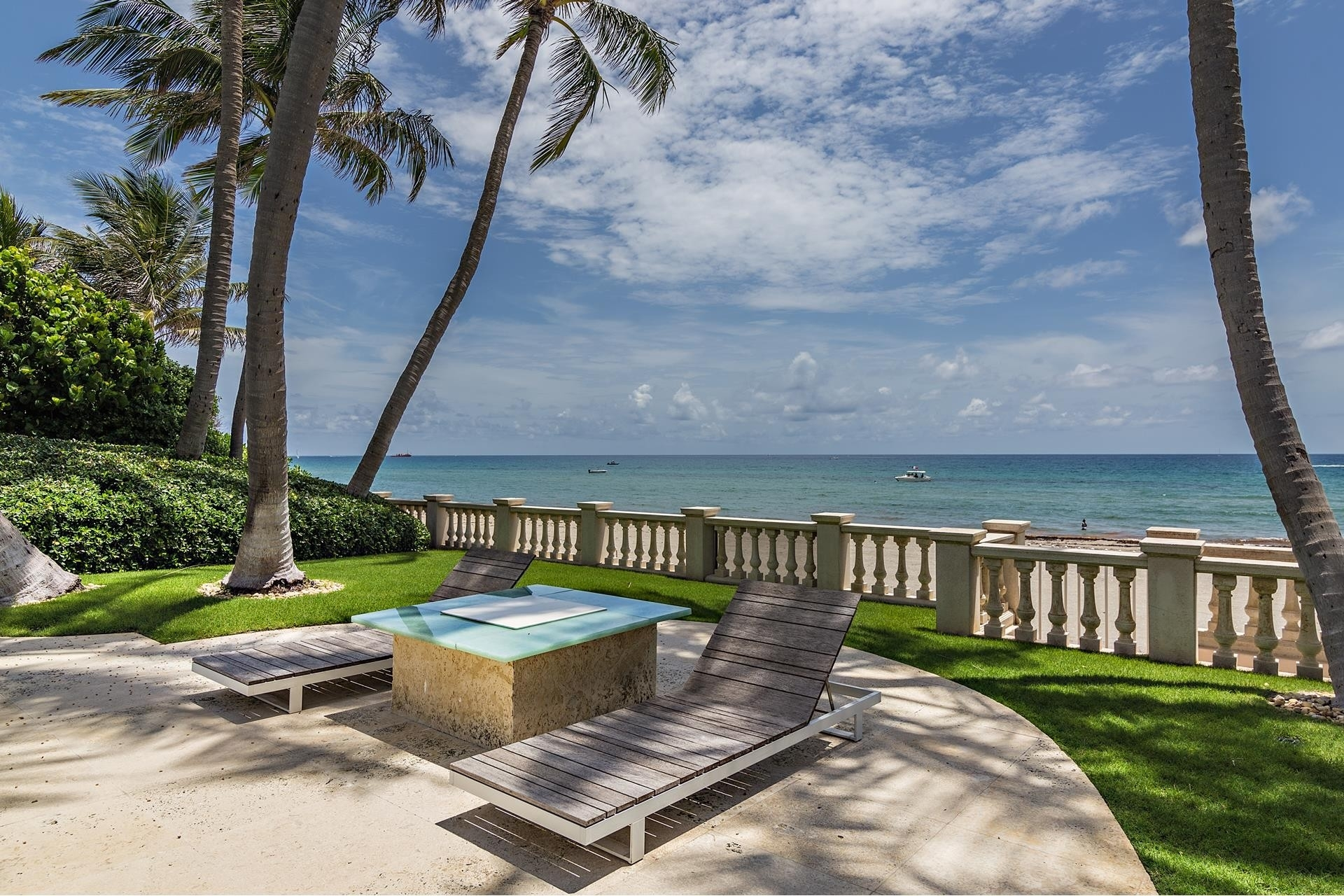 32. Single Family Homes pour l Vente à Palm Beach, FL 33480