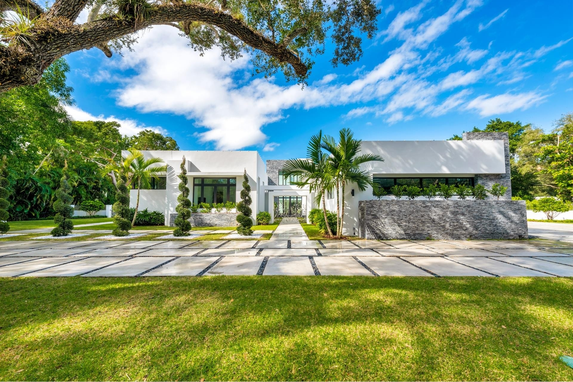 6. Single Family Homes for Sale at Coral Gables, FL 33156