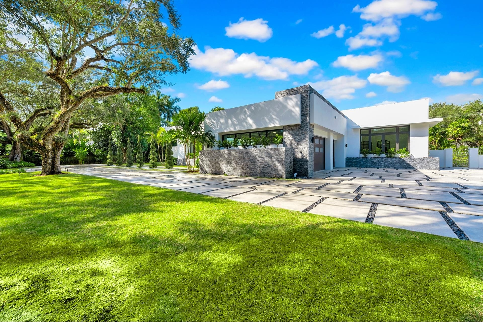 9. Single Family Homes for Sale at Coral Gables, FL 33156