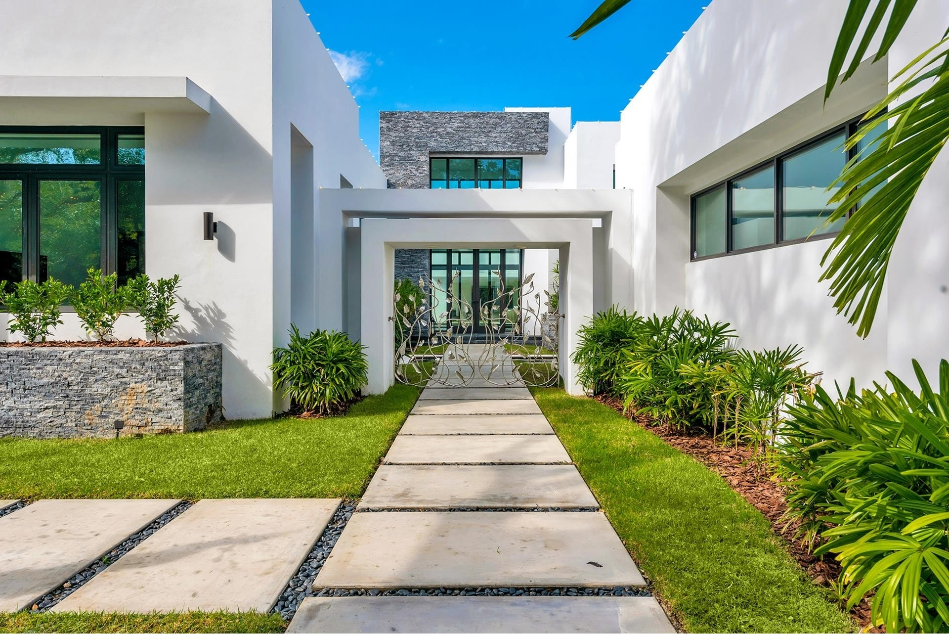 4. Single Family Homes for Sale at Coral Gables, FL 33156