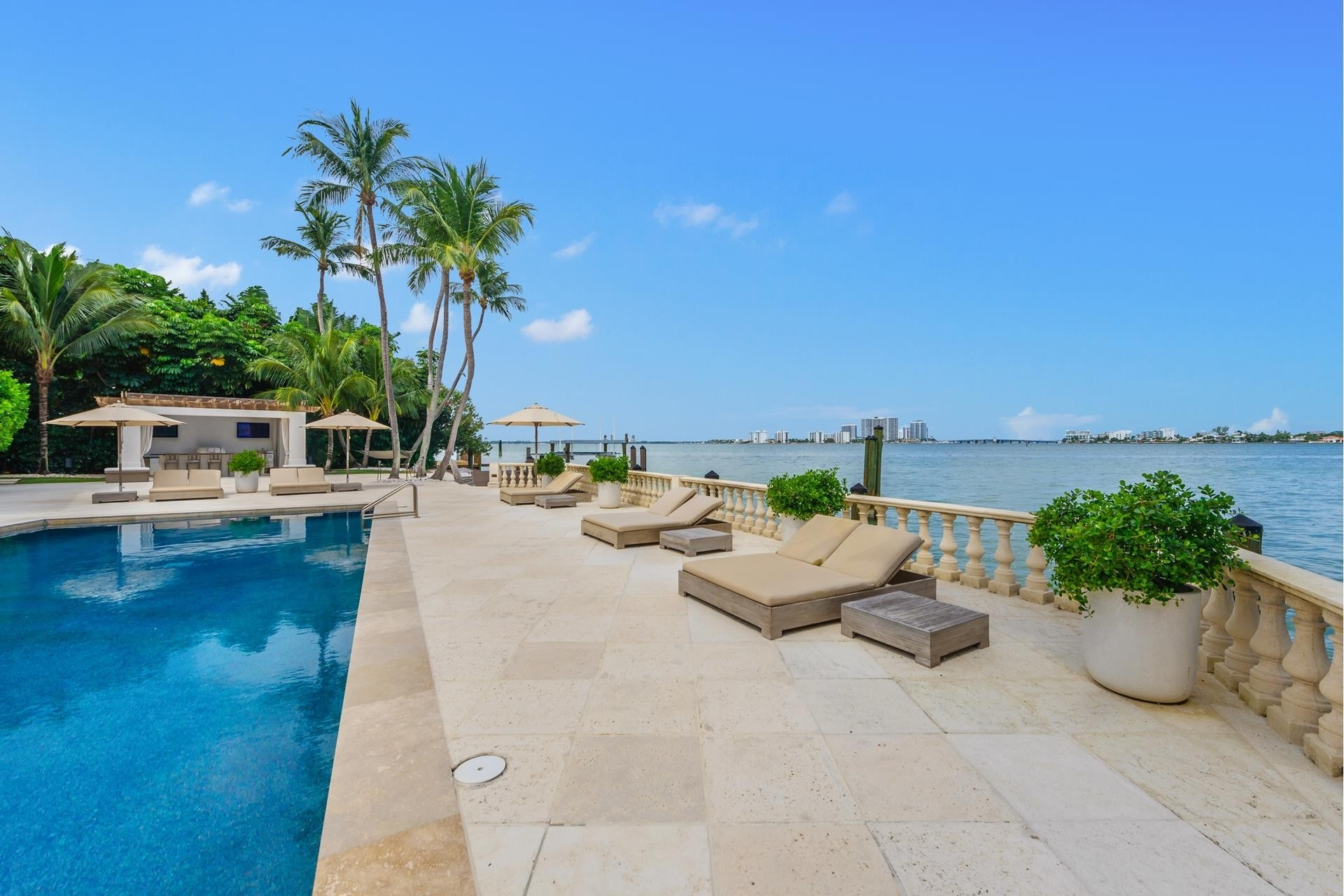 15. Single Family Homes pour l Vente à La Gorce Country Club, Miami Beach, FL 33140