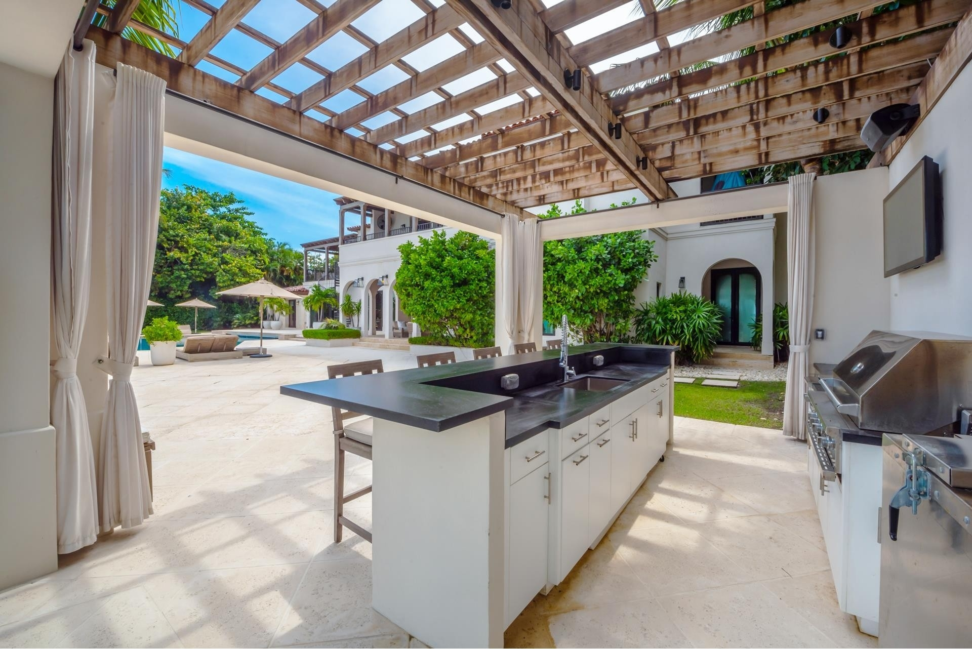 14. Single Family Homes pour l Vente à La Gorce Country Club, Miami Beach, FL 33140