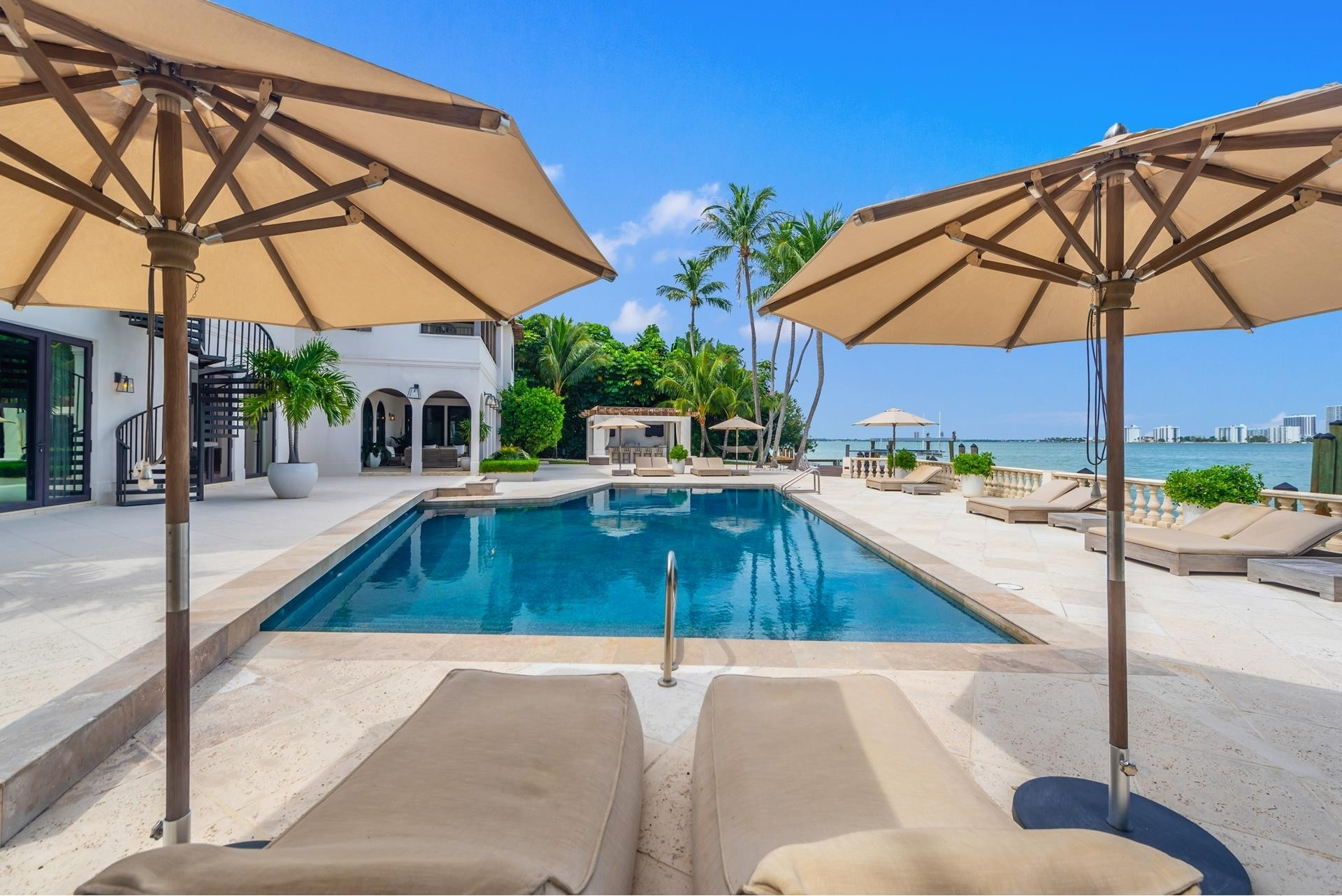 8. Single Family Homes pour l Vente à La Gorce Country Club, Miami Beach, FL 33140