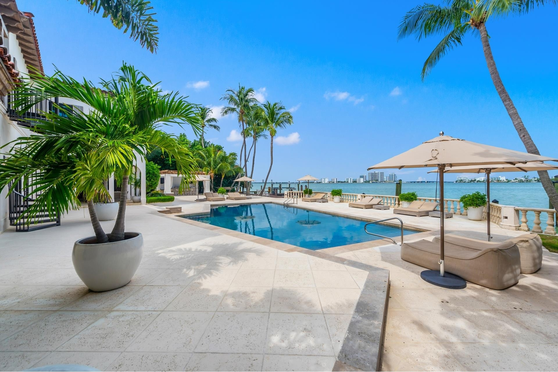 9. Single Family Homes pour l Vente à La Gorce Country Club, Miami Beach, FL 33140