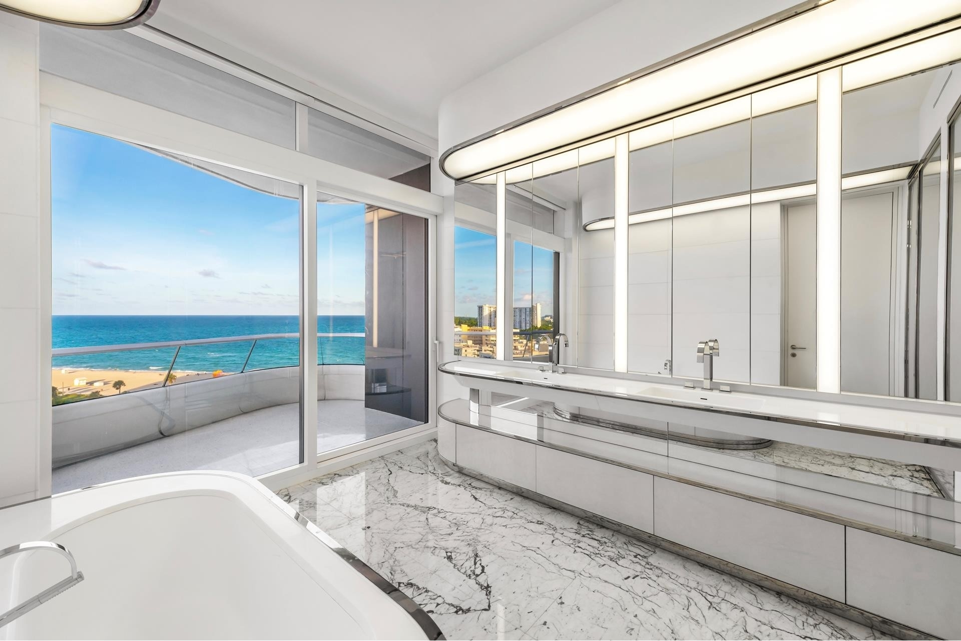 8. Condominiums 為 特賣 在 3315 Collins Ave , 9C Ocean Front, Miami Beach, FL 33140
