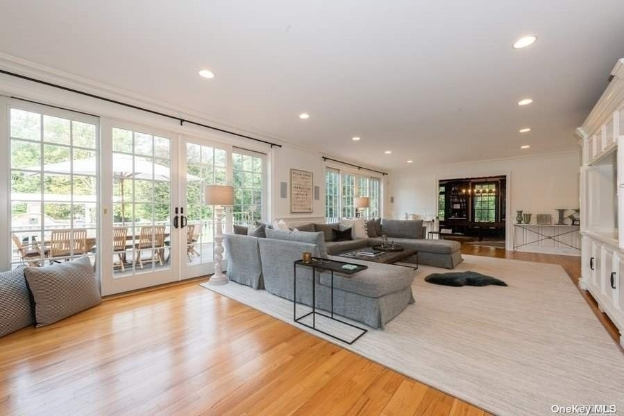 9. Single Family Homes pour l Vente à Old Field, NY 11733