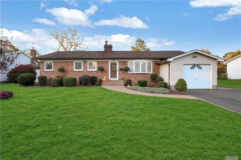 Single Family Home for Sale at Sayville, NY 11782