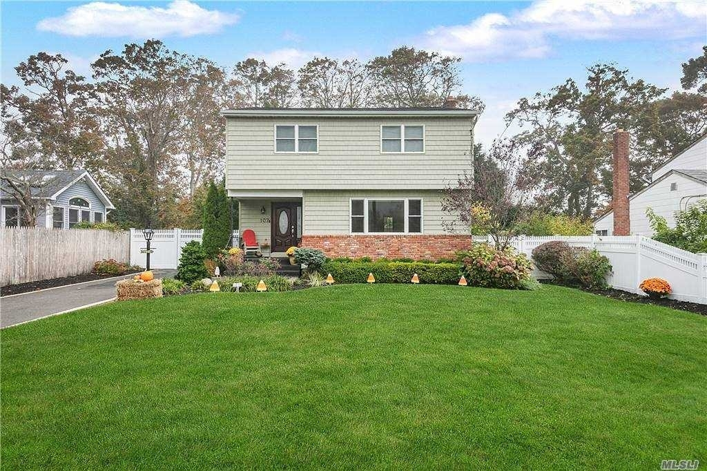 Single Family Home for Sale at Bayport, NY 11705