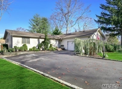 Property en Lake Grove, NY 11755