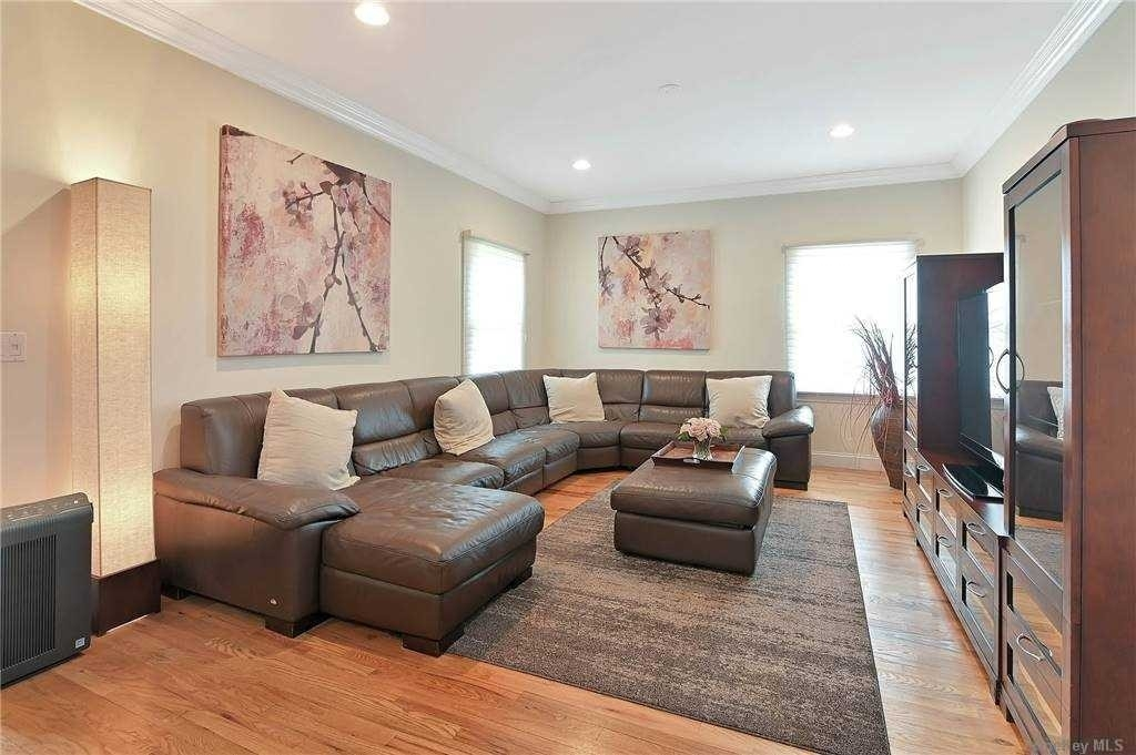11. Single Family Homes for Sale at St. James, NY 11780