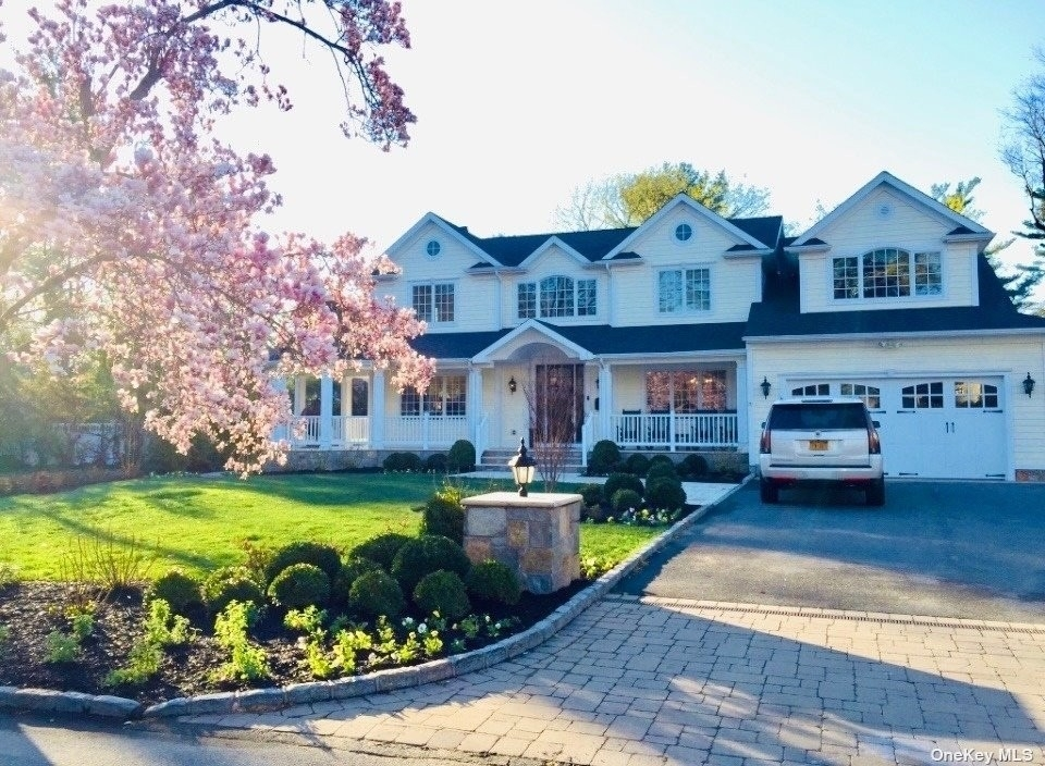 Property 在 East Hills, Roslyn Heights, NY 11577