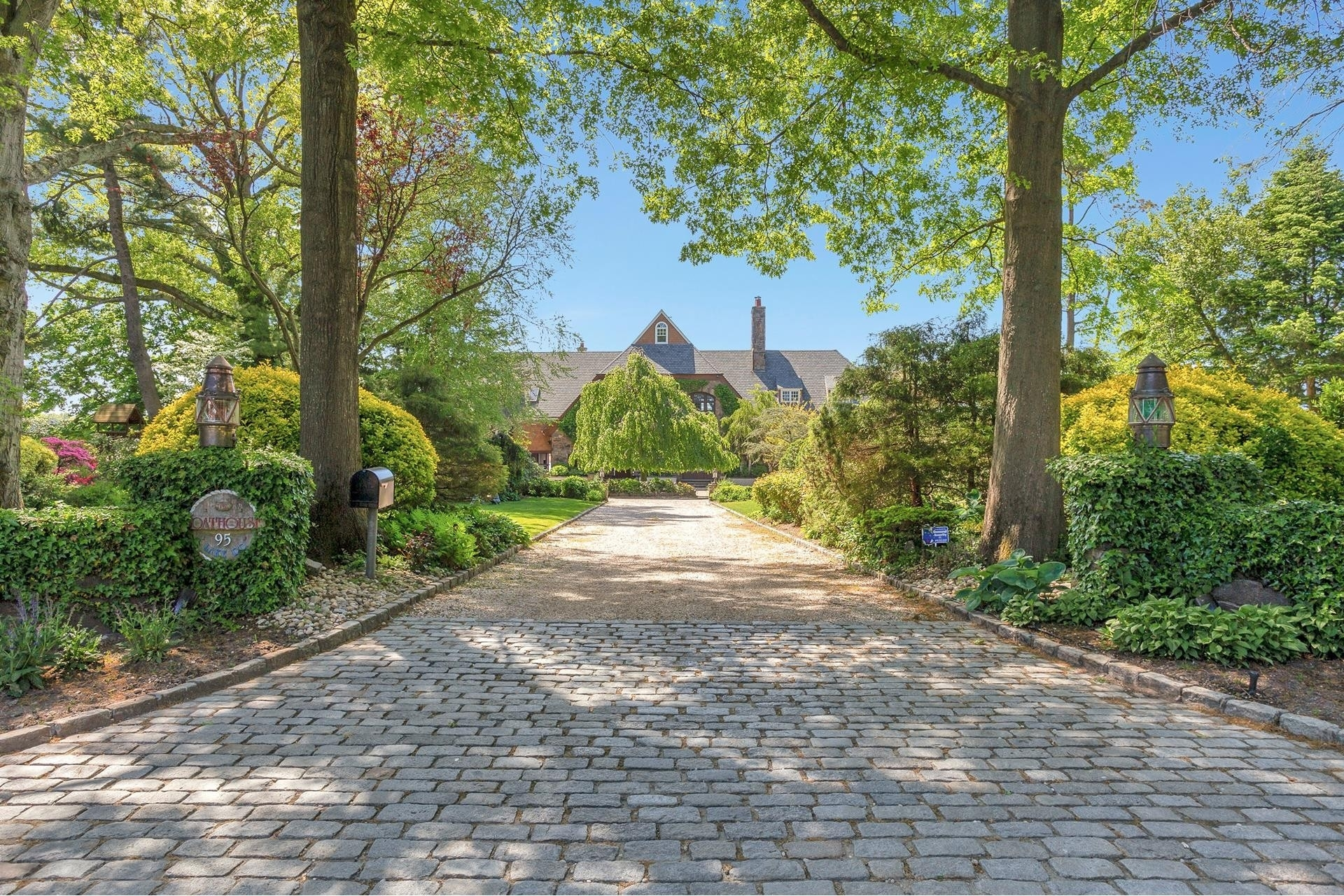 4. Single Family Homes for Sale at Plandome Manor, Manhasset, NY 11030