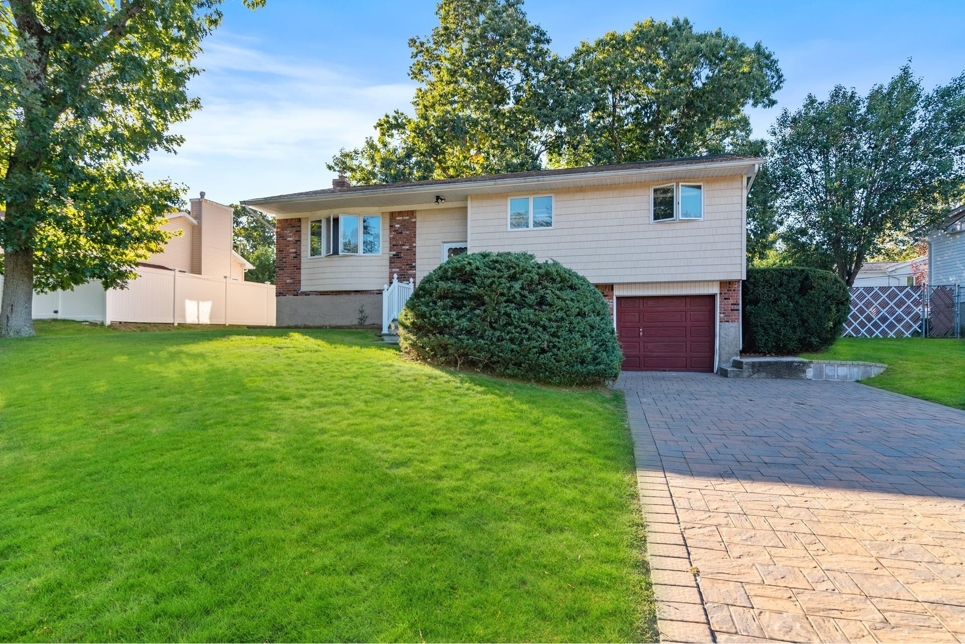 19. Single Family Homes for Sale at Smithtown, NY 11787