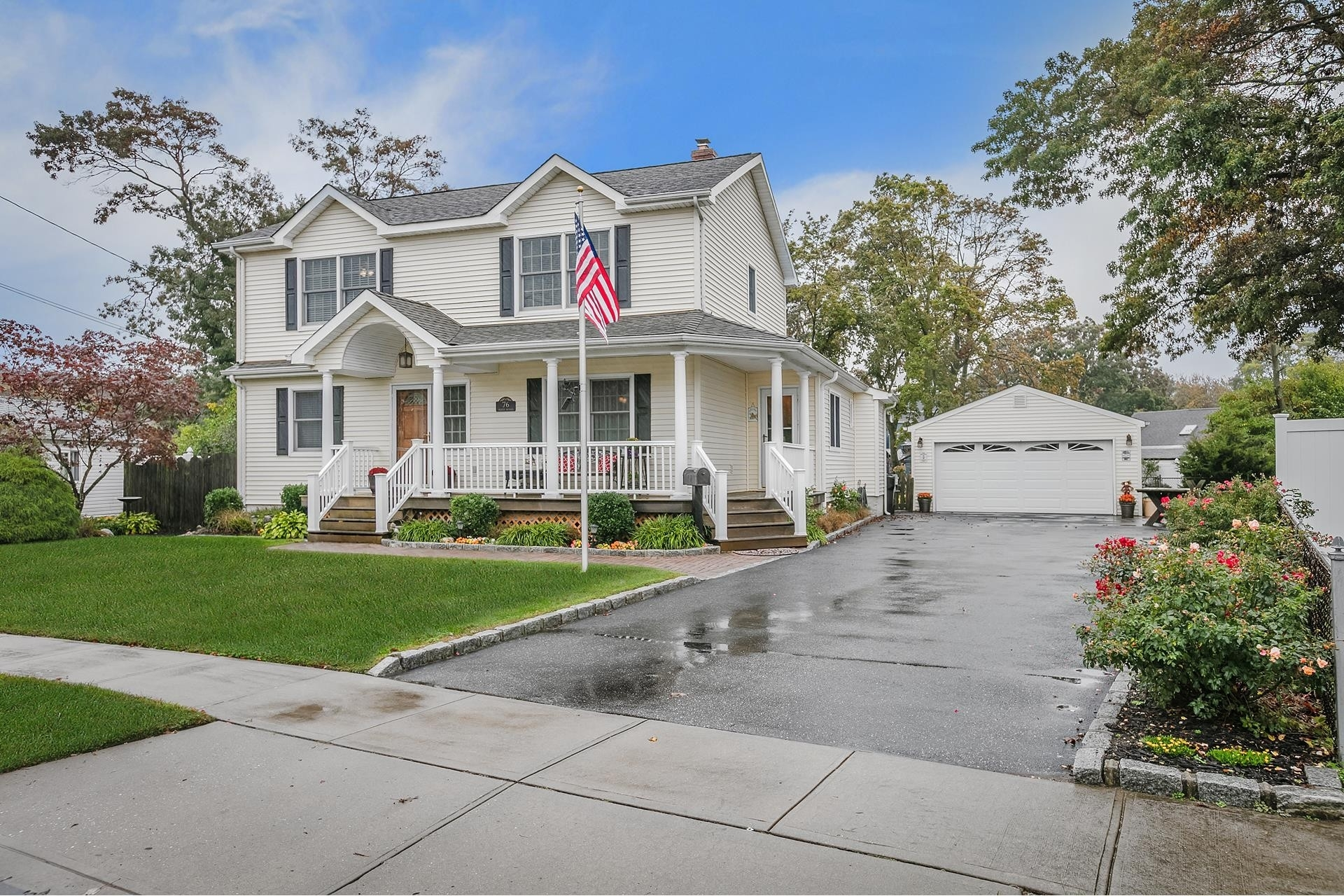 24. Single Family Homes por un Venta en West Islip, NY 11795