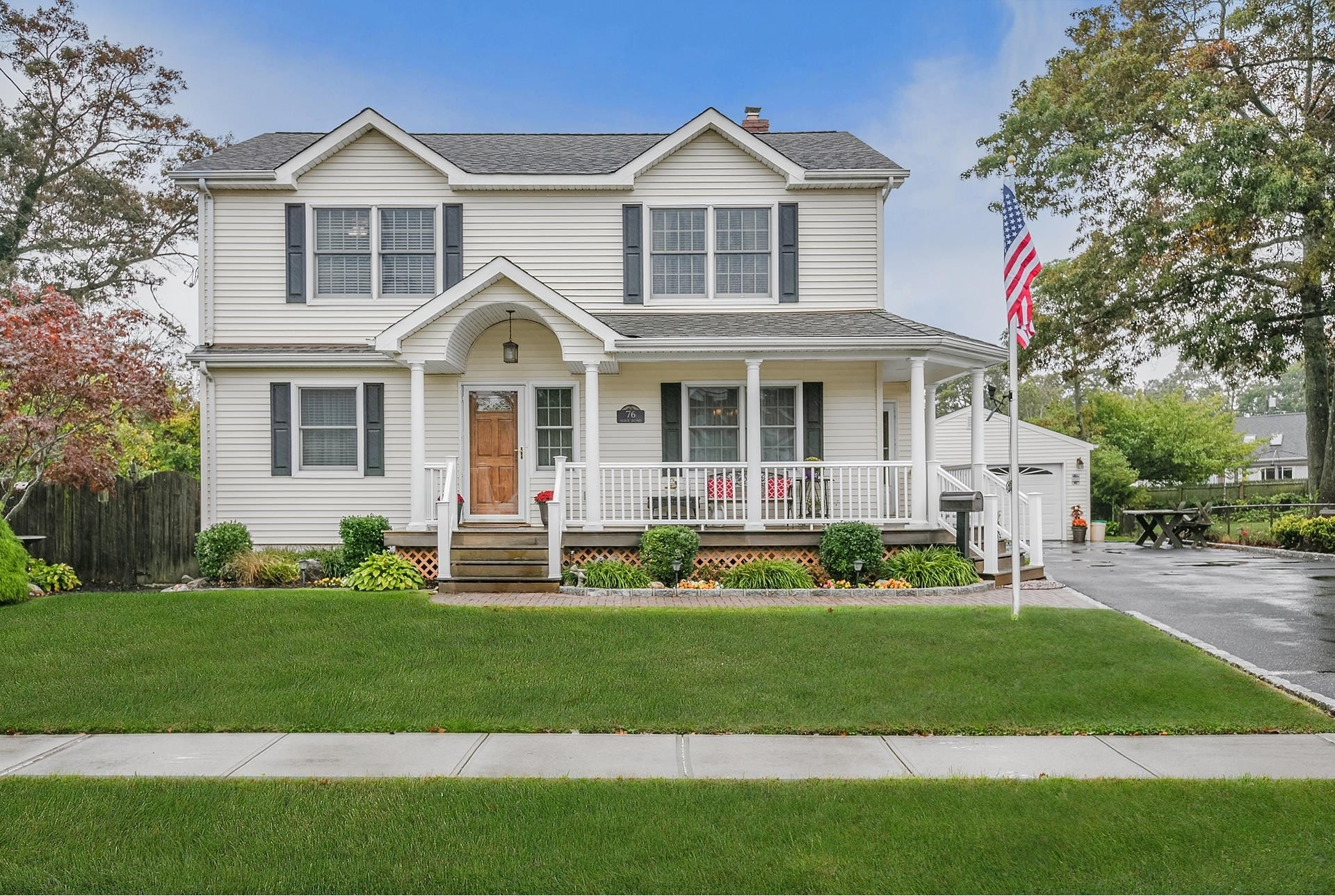 1. Single Family Homes por un Venta en West Islip, NY 11795