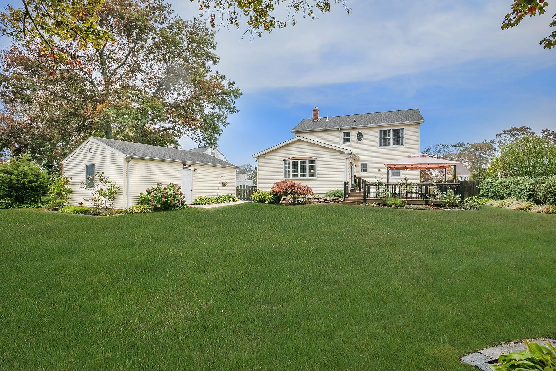 23. Single Family Homes por un Venta en West Islip, NY 11795