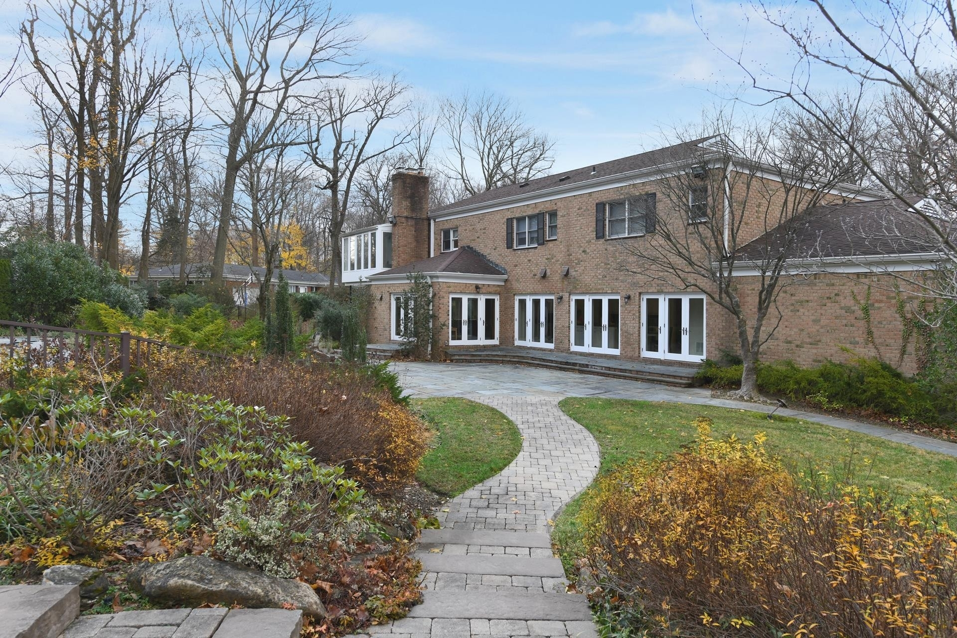 27. Single Family Homes for Sale at Sands Point, NY 11050