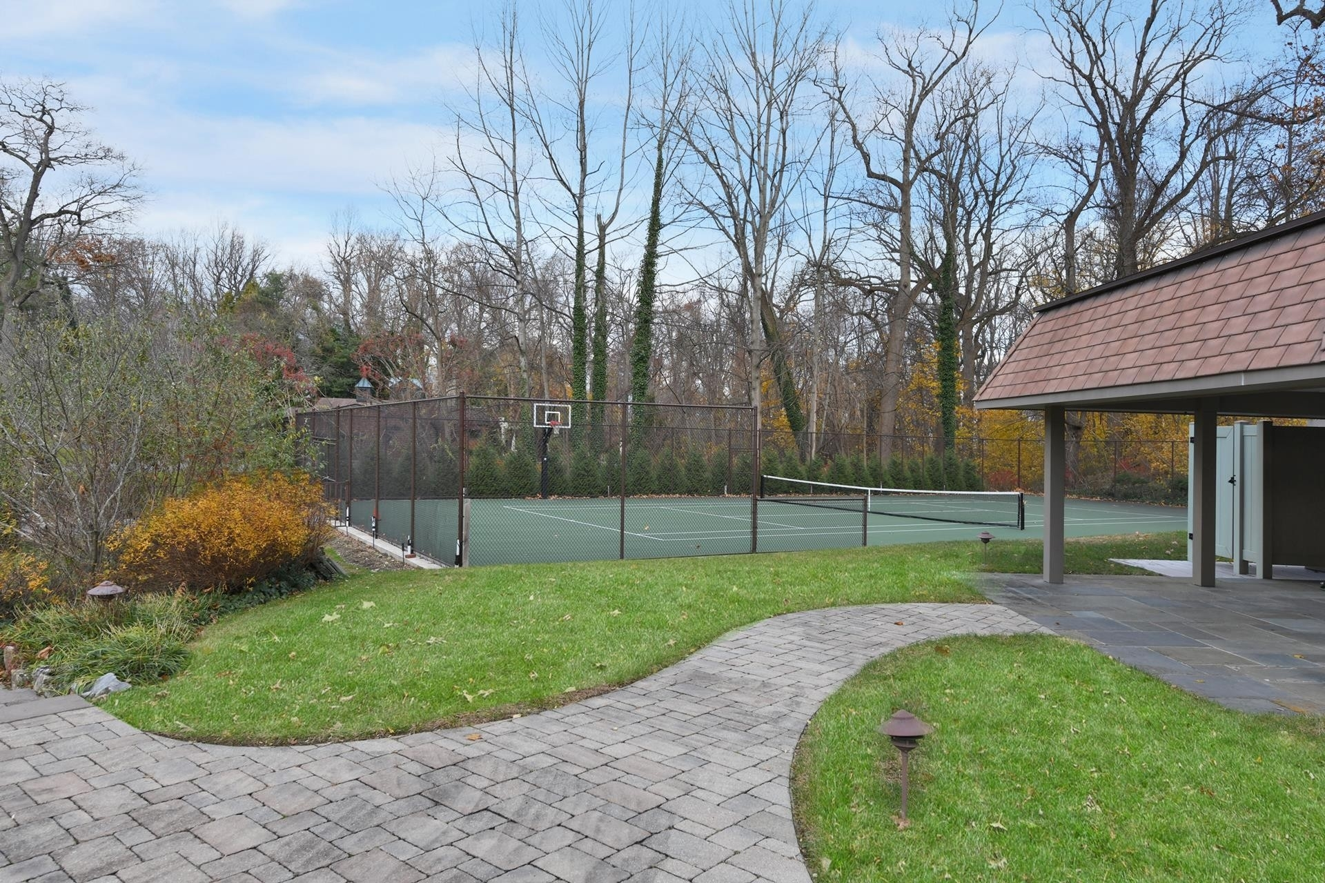 31. Single Family Homes for Sale at Sands Point, NY 11050