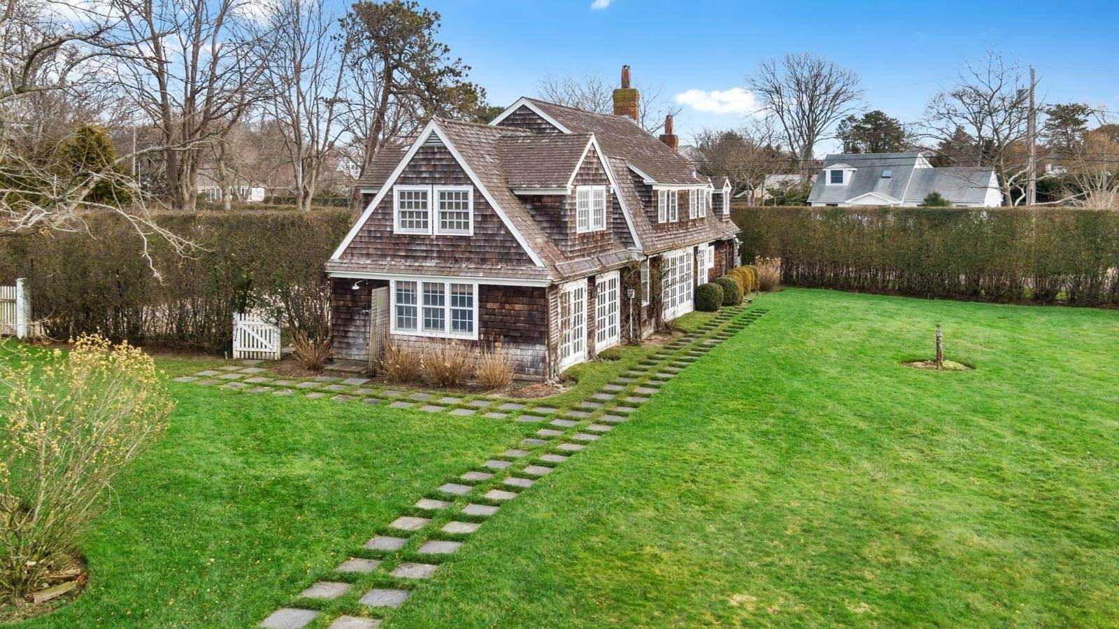 16. Single Family Homes for Sale at Quogue Village, NY 11959