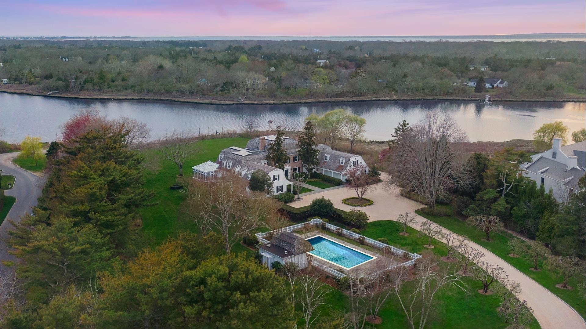 29. Single Family Homes for Sale at Southampton Village, Southampton, NY 11968