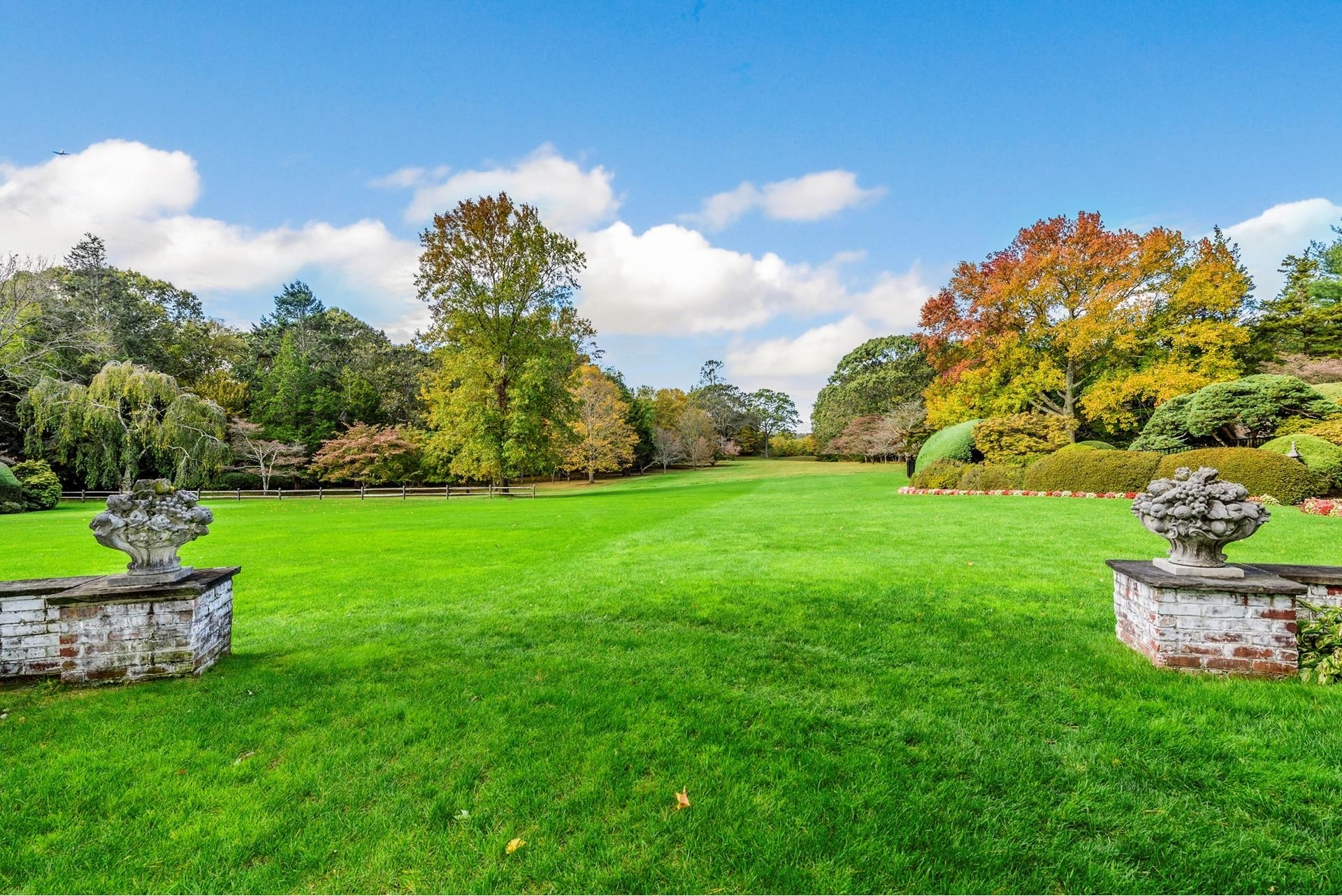 26. Single Family Homes for Sale at Oyster Bay Cove, NY 11771