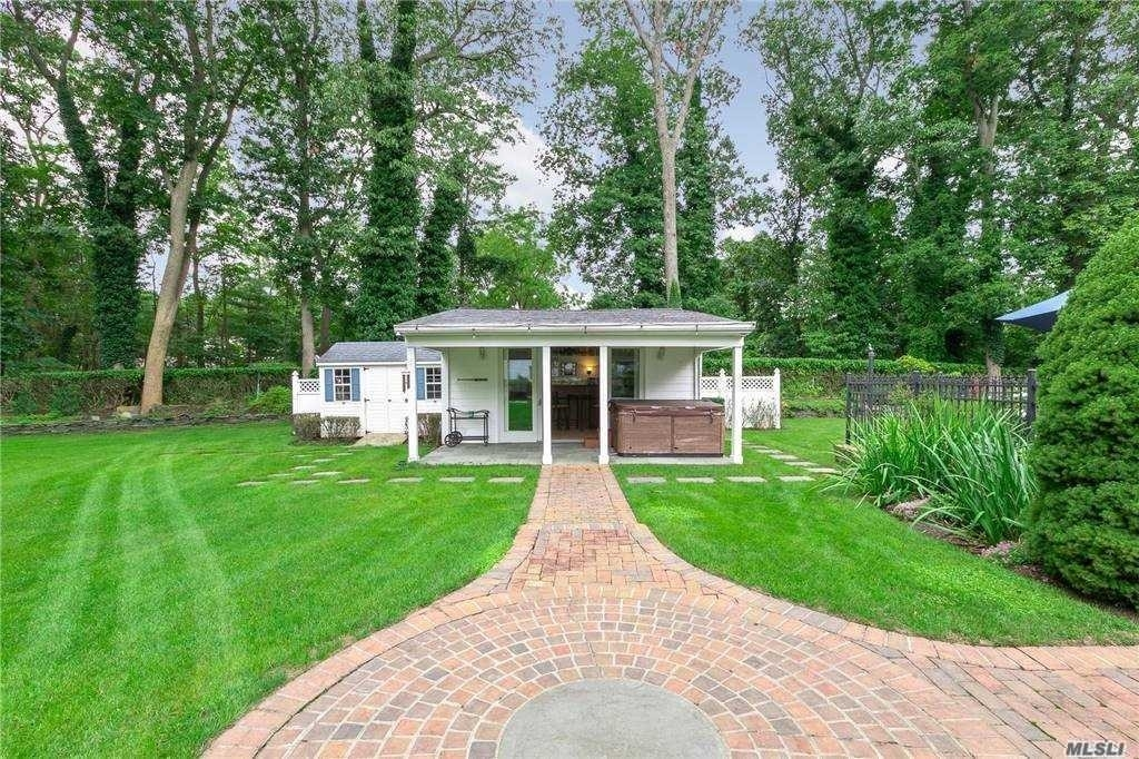 32. Single Family Homes for Sale at Nissequogue, NY 11780