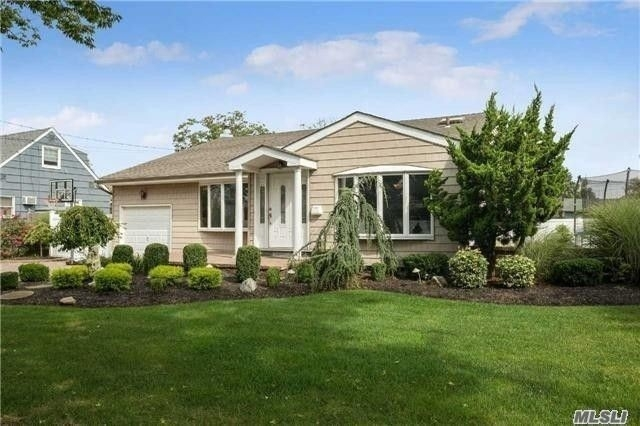 Single Family Home for Sale at Massapequa, NY 11758