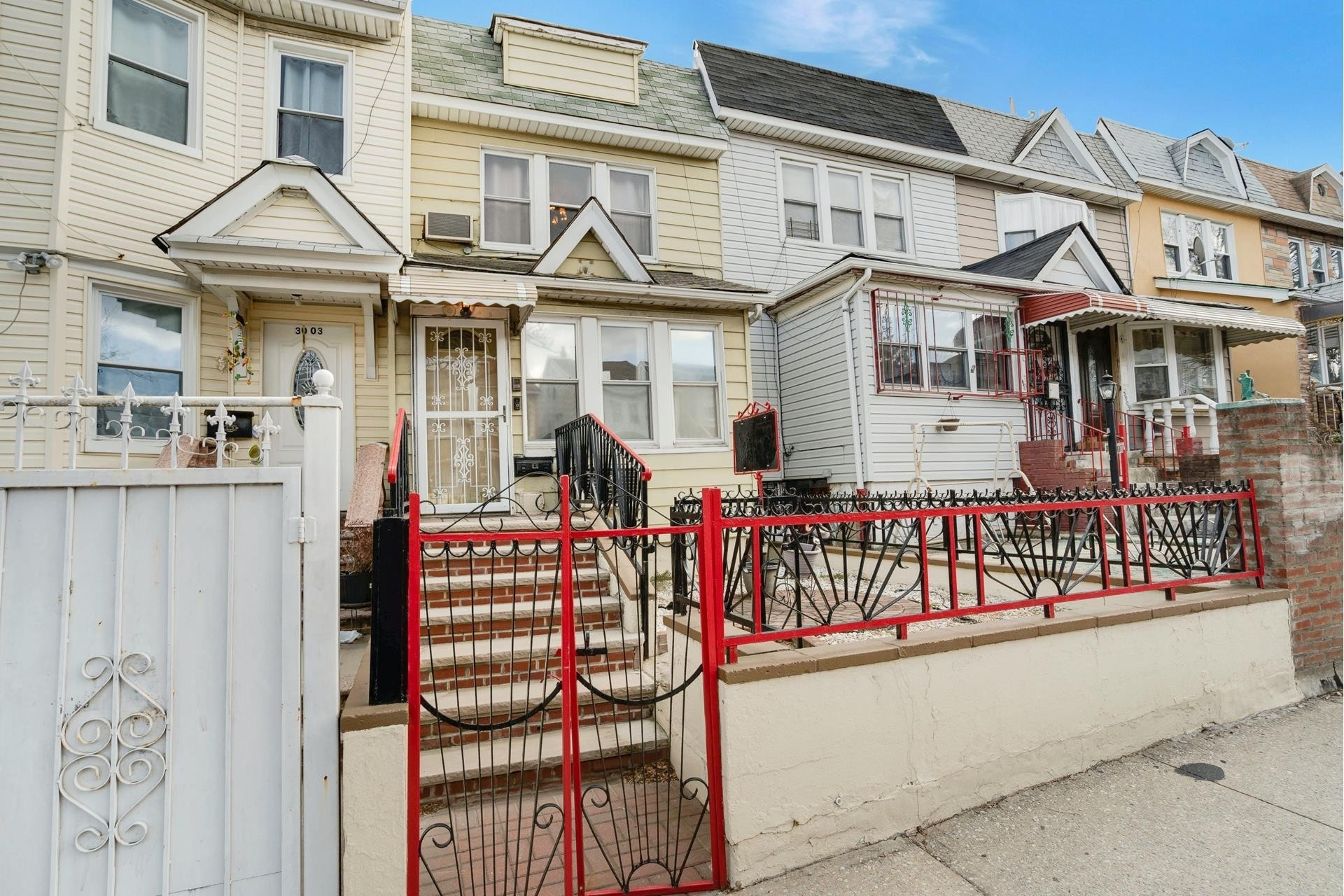 1. Single Family Homes pour l Vente à Jackson Heights, Queens, NY 11369
